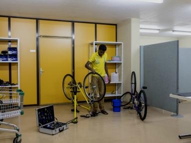 Vélos pour homme en réparation, Hospice général